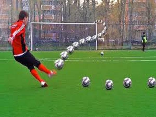 Cách đá bóng xoáy đúng kỹ thuật