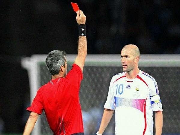 Thẻ đỏ là gì? Những điều cần biết về thẻ đỏ trong bóng đá